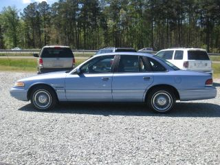 Ford Crown Victoria Base 1995